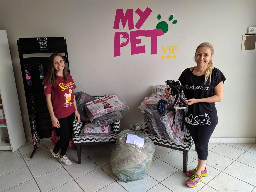 Voluntárias das ONGs recebem doações para animais/ Imagem: Equipe Bruno Ganemuipe Bruno Ganem