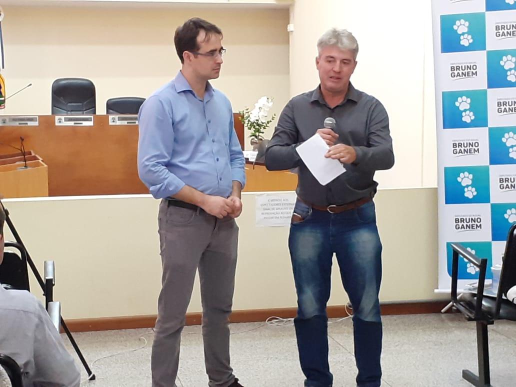 Ganem e o vereador Miguel Guedes conversam com defensores de Pilar do Sul